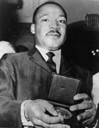 Martin_Luther_King_Jr_with_medallion_NYWTS