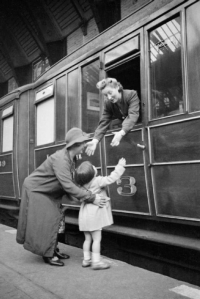 Vera_Elliott_says_good_bye_to_her_daughter_Heather_as_she_sets_off_from_Sunderland_railway_station_to_begin_her_war_work_in_May_1941._D3441